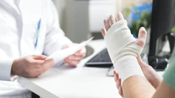 quels sont les symptomes de la fracture du poignet dr laurent thomsen chirurgien main paris chirurgien poignet paris clinique drouot